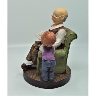 Figurka dziadka na fotelu u...